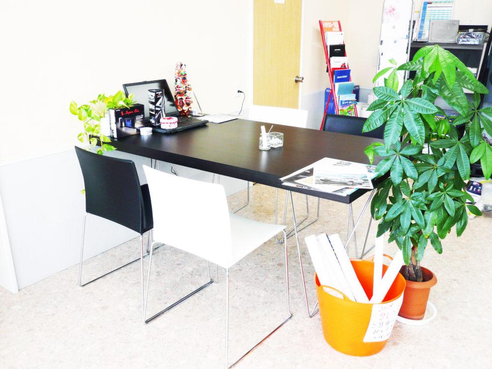 オートファッションハウスサクセスの店内にあるテーブル商談スペース